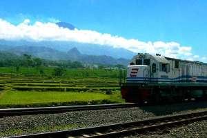 Kereta api bogowonto melintas diprupuk tegal, dengan latar gunung slamet