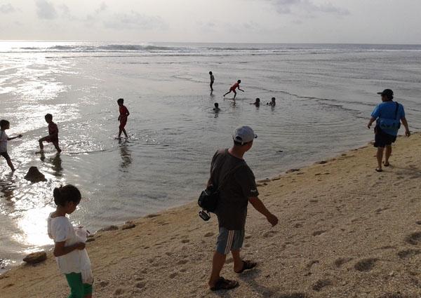 menyusuri pantai cibuaya